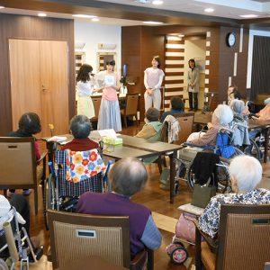 老人福祉施設での朗読ボランティア風景