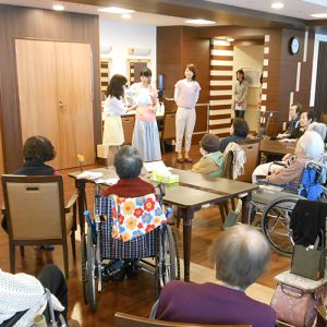 大阪市内の老人福祉施設でのボランティア風景