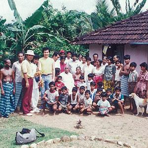 スリランカの小さな村で村人たちと記念撮影