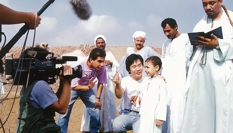 カイロ郊外のラクダ市場に日本のテレビカメラとして初めて潜入し、ラクダ商の親子を密着取材