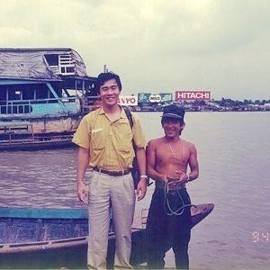 サイゴン川のクルーズで働く地元の少年と交流