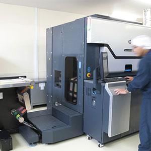 クリーン化された工場に最新鋭の印刷機